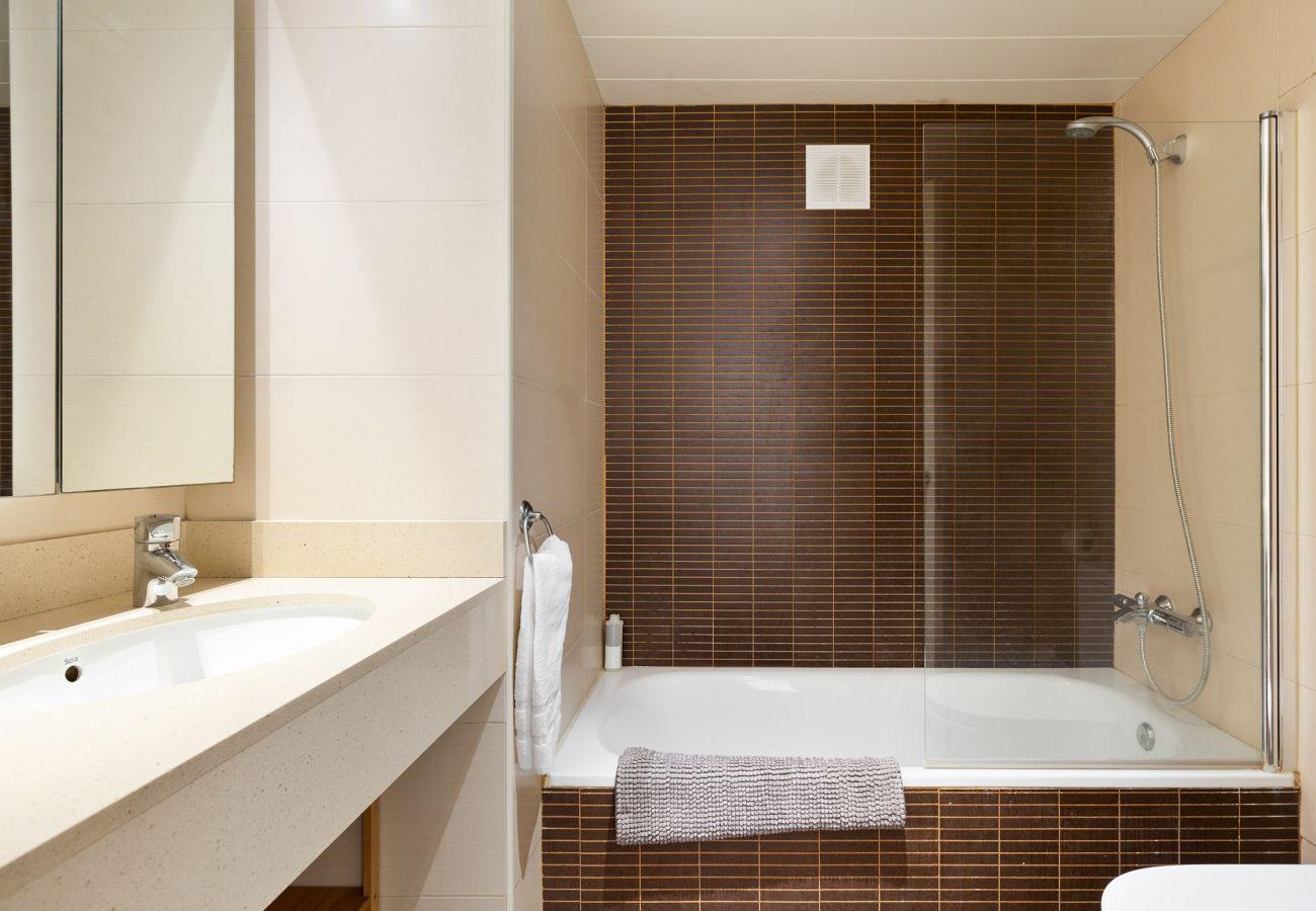 Apartamento en Barcelona - Exclusive Les Corts 2BR 4.9 Apartment w/Balcony